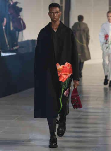 L'homme 2020 Valentino, vu par Pierpaolo Piccioli, est un romantique qui s'assume. D'où l'éclosion d'impressions florales sur une garde-robe aux lignes néo-classiques efficaces.