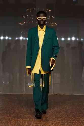 Un costume, c'est encore moins ce que l'on attendait de Virgil Abloh sous sa propre marque. La couleur et les détails décalés assurent l'esprit cool et la street-crédibilité.
