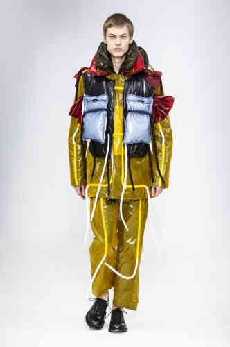 Premier défilé parisien pour Craig Green, la nouvelle star de la mode londonienne, où l'accumulation de cordons, de suspensions et tubes en plastique apportent une dimension sculpturale aux costumes et autres vêtements de travail.