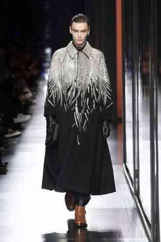 Chez Dior, Kim Jones a proposé un show très couture, parsemé de clins d'oeil aux archives femme, de Christian Dior à John Galliano. Comme ce fabuleux manteau qui a clos le défilé.