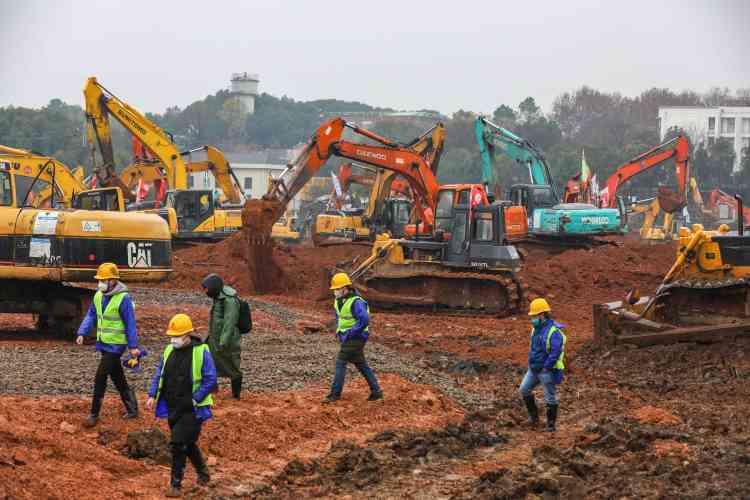 Ballet de pelleteuses sur le chantier, le 24 janvier 2020.