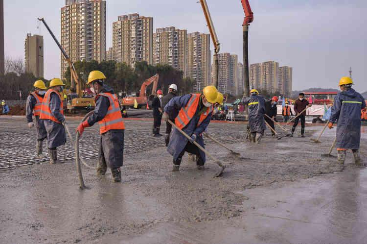 Le 28janvier, les ouvriers étalent le béton des dalles principales sur lesquelles seront montés les préfabriqués qui constitueront les bâtiments de l'hôpital.