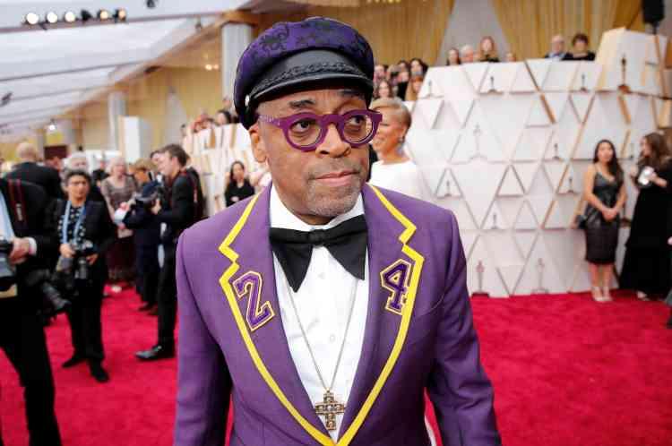 Sur le tapis rouge également, le réalisateur Spike Lee a profité de la cérémonie pour rendre un nouvel hommage à Kobe Bryant, récemment disparu dans un crash d'hélicoptère, en arborant le numéro de maillot de l'ancienne star des Lakers.