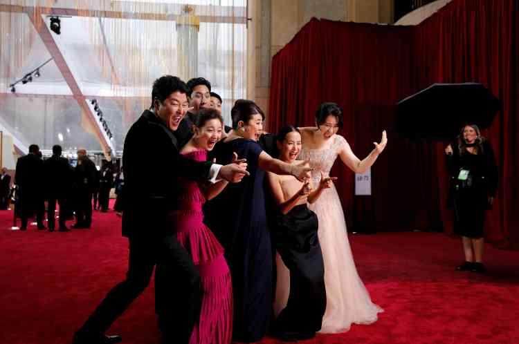 Le casting du film coréen «Parasite»a profité du tapis rouge pour enchaîner photos et selfies, se réjouissant de participer à la cérémonie.