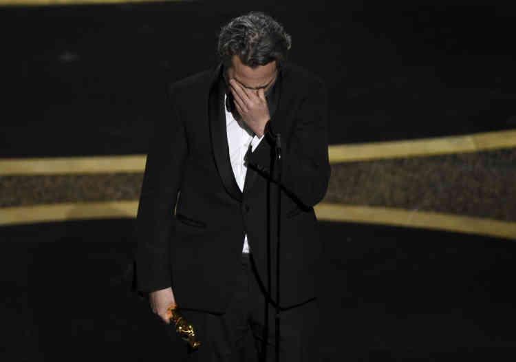Décoré de l'Oscar du meilleur acteur pour son interprétation du « Joker», Joaquin Phoenix est submergé par l'émotion.
