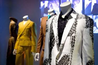 """Costumes de scène de David Bowie pour l'exposition """"David Bowie is"""" au Victoria and Albert (V&A) Museum à Londres, du 23 mars au 11 août 2013."""
