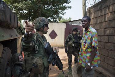 .Un habitant du quartier vient poser des questions et donner ses explications aux soldats français