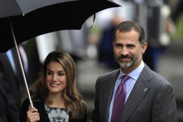 Spain's Princess Letizia (L) and her husband, Spain's Crown Prince Felipe smile in Oviedo October 24, 2013. The Prince of Asturias Awards have been held annually since 1981 to reward scientific, technical, cultural, social and humanitarian work done by individuals, work teams and institutions in a traditional ceremony next October 25, 2013.  REUTERS/Eloy Alonso (SPAIN - Tags: SOCIETY ROYALS) - RTX14MKW