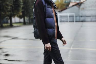 page de gauche, Doudoune en nylon, Napapijri. doudoune en nylon et col en laine zippé, US Polo. lunettes de soleil, Emporio Armani.ci-contre, Doudoune en cuir, pantalon en laine, lunettes de soleil et boots en cuir, Louis Vuitton. Pull en laine, Bally. -