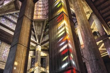 """Sentir la grâce du béton à l'église Saint-Joseph""""D'emblée, sa flèche, haute de 107 mètres, désigne Le Havre. Adolescente, j'aimais que son faux air de gratte-ciel new-yorkais offre une sorte de skyline à la ville. Bâtie en béton selon les plans d'Auguste Perret, qui dirigea la reconstruction de la ville  à partir de 1945, l'église est conçue pour résister au vent. A l'intérieur : pureté de la structure et dépouillement extrême, aucun ornement sinon les milliers de petits vitraux de Marguerite Huré qui filtrent la lumière."""" -"""