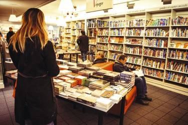"""Prendre son temps à La Galerne""""La création de cette librairie au pied du Volcan d'Oscar Niemeyer - la maison de la culture - a joué comme un événement dans ma vie de lycéenne à Porte-Océane, quelques rues plus loin, en plein quartier Perret. La librairie a migré depuis vers le bassin du Commerce, toujours au centre de la ville. Immense et lumineuse, c'est un lieu d'échange et de recherche : on y traîne des heures, on y feuillette tout ce qu'on veut, on y lit quelques pages, on y boit un verre, on s'y donne rendez-vous. Il y a toujours du monde ici."""" -"""