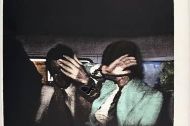 Déjà en 1945, le  photographe Weegee immortalisait Henry Rosen et Harvey  Stemmer, arrêtés  pour avoir soudoyé des joueurs de basket de l'université de Brooklyn, à New York (ci-contre). Des postures de défense qui inspirent artistes et photographes de mode : Release, 1972,  sérigraphie de  Richard Hamilton  (en bas, à gauche) ; Famous When Dead, 2001, de Christian Lesemann  (ci-dessous). Photo: Richard Hamilton, Adagp, Paris 2014/Courtesy The Alan Cristea Gallery