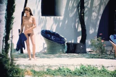 L'artiste Alison  Jackson comble le voyeurisme du public en créant, avec des sosies, les images  qu'il veut voir. Comme ce faux George W. Bush, concentré  sur un Rubik's Cube (ci-contre). En 1971, Jackie  Onassis est photographiée nue par Settimio Garritano, pendant des vacances sur l'île privée de son mari,  en Grèce (ci-dessous). Photo:Settimio Garritano/Collection Katia Bede Garritano