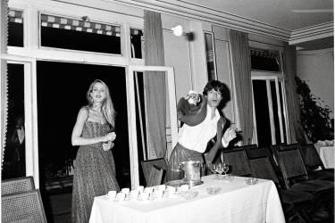 """Les photos de paparazzis ont leurs """"rituels"""" : les démonstrations de violence, ci-dessus Mick Jagger lance une tasse sur Pascal Rostain, à Paris, en 1980 ; le col relevé dans une voiture, comme Elizabeth Taylor  à Gstaad en 1979, prise par Daniel Angeli (ci-contre). Photo:Pascal Rostain /Agence Sphinx"""