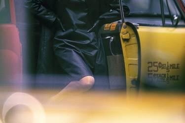Imperméable et regard fuyant, l'artiste Cindy Sherman se  met en scène comme  une star traquée, dans Untitled Film Still #54, 1980 (ci-dessus).La traditionnelle sortie de voiture est reprise par le photographe  de mode William Klein, pour Vogue, en 1962 (ci-contre). Photo: William Klein