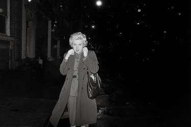 Imperméable et regard fuyant, l'artiste Cindy Sherman se  met en scène comme  une star traquée, dans Untitled Film Still #54, 1980 (ci-dessus).La traditionnelle sortie de voiture est reprise par le photographe  de mode William Klein, pour Vogue, en 1962 (ci-contre). Photo: Cindy Sherman/Courtesy of the artist and Metro Pictures, New York . Courtesy Cindy Sherman et Metro Pictures, New York