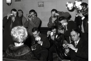 En 1961, Brigitte Bardot fait face aux photographes en sortant du tribunal, lors du procès dit de la Nouvelle Vague opposant Roger Vadim à François Truffaut  (ci-dessus).Pur produit de la presse people, la riche héritière Paris Hilton s'est créé  une existence médiatique grâce aux paparazzis.  L'image ci-contre où elle chevauche une tondeuse à gazon, en 2006, a  été prise par Sébastien Valiela, l'auteur des photos volées de  François Hollande. Photo: Daniel Cande
