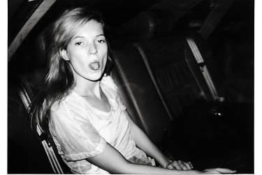 Photo: Bruno Mouron/Agence Sphinx            Scènes de voiture.  En cinquante ans,  le fan Gary Lee Boas  a photographié des  milliers de célébrités (ci-contre). De gauche à droite et de haut  en bas, Paul Newman, Michael Jackson, Arnold Schwarzenegger et David Bowie.  Un travail d'amateur devenu une oeuvre mondialement reconnue. Ci-dessous, Kate Moss lors de la Fashion Week parisienne,  en 1992.