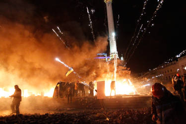 A firework explodes amid flames during clashes between anti-government protesters and riot police at Kiev's Independence Square January 18, 2014. Ukrainian riot police started to move into Kiev's Independence Square late on Tuesday, pushing back anti-government protesters whose tents were burning, local television showed. REUTERS/David Mdzinarishvili (UKRAINE - Tags: POLITICS CIVIL UNREST TPX IMAGES OF THE DAY)