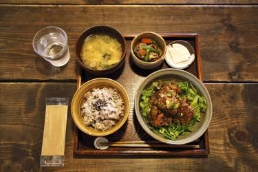 """Goûter aux drôles  de plantes de Jujumaru""""A Kyoto se trouve un nombre incalculable de maisons  traditionnelles dites """"machiyas"""" transformées en café ou  restaurant. C'est assez unique et extraordinaire parce qu'on a le sentiment d'être accueilli chez quelqu'un, dans son univers propre. C'est le cas chez Jujumaru. Les propriétaires  sont des fous de plantes plus étranges les unes que les autres,  et c'est ici que nous adorons venir faire une pause,  entourés de ces surprenants végétaux."""" -"""