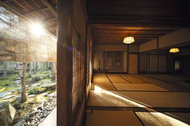 """S'initier à la cérémonie du thé au Kodokan""""C'est au Club Okitsu Kyoto du Kodokan que nous faisons régulièrement  l'expérience de la cérémonie du thé, orchestrée par M. Ota, fameux pâtissier de Kyoto. Dans ce lieu hors du temps, ancienne école de philosophie du confucianiste Kien Minagawa, il nous initie à ce rituel traditionnel qui réunit autour du matcha (thé vert en poudre) différents arts traditionnels : céramique, ikebana, kimono, calligraphie... Nous y avons aussi exposé """"Nature in Tokyo"""", lors de la deuxième édition de Kyotographie.""""             - PHOTO :             Naoyuki Ogino pour M Le magazine du Monde"""