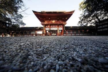 """Approcher le sacré  au Shimogamo Jinja""""Le sanctuaire shintoïste Shimogamo Jinja est situé au nord  de Kyoto, sur le delta de la rivière Kamo. Ici, on célèbre les  naissances comme les mariages, mieux : la vie. Le shintoïsme  est un culte proche de l'animisme lié à la nature. Le sanctuaire  de Shimogamo est situé au coeur d'une superbe forêt protégée.  En toutes saisons, nous aimons flâner et nous recueillir  dans ce lieu puissant et hautement sacré.""""             - PHOTO :             Naoyuki Ogino pour M Le magazine du Monde"""