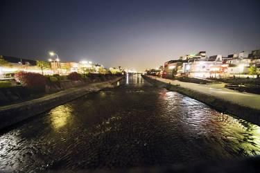 """Epier les amoureux le long de la rivière Kamo""""La rivière Kamo traverse Kyoto du nord au sud. Quel bonheur de la longer  à bicyclette et de découvrir ainsi la ville  et la diversité de ses habitants : musiciens, étudiants, salariés, à l'heure du déjeuner... Les amoureux s'y retrouvent  à la tombée du jour. Hérons et grues  complètent ce magnifique tableau.""""             - PHOTO :             Naoyuki Ogino pour M Le magazine du Monde"""