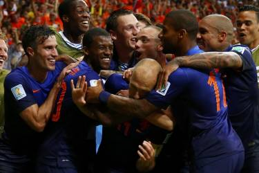 Arjen Robben of the Netherlands is hugged by his teammates after he scored a goal against Spain during their 2014 World Cup Group B soccer match at the Fonte Nova arena in Salvador June 13, 2014. REUTERS/Tony Gentile (BRAZIL  - Tags: SOCCER SPORT WORLD CUP TPX IMAGES OF THE DAY)