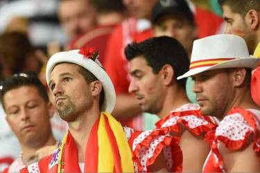Spanish supporters react after a Group B football match between Spain and the Netherlands at the Fonte Nova Arena in Salvador during the 2014 FIFA World Cup on June 13, 2014.   AFP PHOTO / EMMANUEL DUNAND