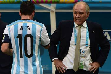 Argentina's forward Lionel Messi (L) walks towards Argentina's coach Alejandro Sabella during a quarter-final football match between Argentina and Belgium at the Mane Garrincha National Stadium in Brasilia during the 2014 FIFA World Cup on July 5, 2014.  AFP PHOTO / FRANCOIS XAVIER MARIT