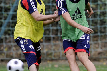 France's national football team midfielder Franck Ribery (L) vies with teammate Yohann Gourcuff during a training session in Clairefontaine, southern Paris on October 07, 2008, four days prior to the World Cup 2010 qualifying football match against Roumania. AFP PHOTO / FRANCK FIFE