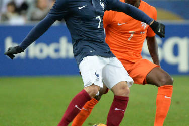 France's forward Franck Ribery (L) kicks the ball next to Netherlands' forward Quincy Promes during a friendly football match between France and Netherlands at the Stade de France in Saint-Denis near Paris on March 5, 2014 ahead of the 2014 FIFA World Cup football tournament. AFP PHOTO / DAMIEN MEYER