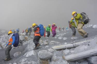 Climbers descend Mt. Ontake, which straddles Nagano and Gifu prefectures, to evacuate as volcanic ash falls at the mountain in central Japan September 27, 2014, in this photo taken by a climber and released by Kyodo. The Mt. Ontake volcano erupted on Saturday, killing one woman and seriously injuring more than 30 people, officials and media said. The Japan Meteorological Agency said the volcano, 200 km (125 miles) west of Tokyo, erupted just before midday and sent ash pouring down the mountain's south slope for more than three km (two miles).  Mandatory credit.   REUTERS/Kyodo (JAPAN - Tags: DISASTER ENVIRONMENT TPX IMAGES OF THE DAY)