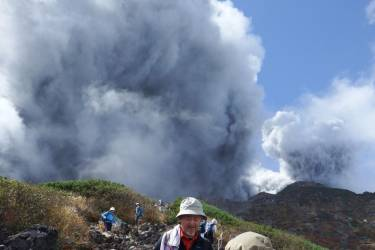 Climbers descend Mt. Ontake, which straddles Nagano and Gifu prefectures, to evacuate as the volcano erupts in central Japan September 27, 2014, in this photo taken  by a climber and released by Kyodo. The Mt. Ontake volcano erupted on Saturday, killing one woman and seriously injuring more than 30 people, officials and media said. The Japan Meteorological Agency said the volcano, 200 km (125 miles) west of Tokyo, erupted just before midday and sent ash pouring down the mountain's south slope for more than three km (two miles). Mandatory credit.   REUTERS/Kyodo (JAPAN - Tags: DISASTER ENVIRONMENT TPX IMAGES OF THE DAY) 