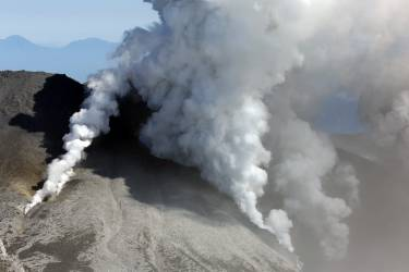 This aerial picture taken on September 28, 2014 shows white smokes rising from Mount Ontake at Nagano prefecture, one day after Japan's volcano Ontake erupted in central Japan, which straddling Nagano and Gifu prefecture. Rescuers rushed to help dozens of hikers stranded on an erupting volcano in central Japan with six people believed to be buried under ash and dozens injured.  AFP PHOTO / JIJI PRESS    JAPAN OUT