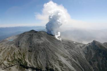Volcanic smoke rises from Mt. Ontake, which straddles Nagano and Gifu prefectures, central Japan, in this September 28, 2014 photo taken and released by Kyodo. More than 30 people were feared dead on Sunday near the peak of the Japanese volcano that erupted a day earlier, sending a huge cloud of ash and rock tumbling down its slopes, while packed with hikers. Mandatory credit.   REUTERS/Kyodo (JAPAN - Tags: DISASTER ENVIRONMENT) 