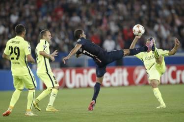 Le joueur du PSG Lucas en face à face avec le Barcelonais Jordi Alba, mardi 30 septembre.