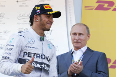 Russian President Vladimir Putin applauds the winner Mercedes Formula One driver Lewis Hamilton of Britain after the first Russian Grand Prix in Sochi October 12, 2014.     REUTERS/Laszlo Balogh (RUSSIA  - Tags: SPORT MOTORSPORT F1 TPX IMAGES OF THE DAY)   - RTR49UWQ