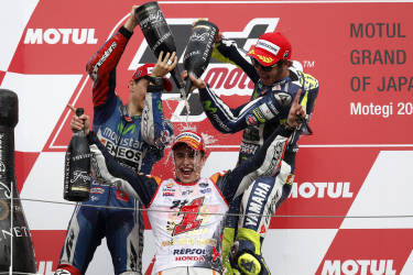 Yamaha MotoGP rider Valentino Rossi (R) of Italy and Yamaha MotoGP rider Jorge Lorenzo (L) of Spain pour champagne on Honda MotoGP rider Marc Marquez (C) of Spain after the Japanese Grand Prix at the Twin Ring Motegi circuit in Motegi, north of Tokyo October 12, 2014. Marquez retained his MotoGP world title with a second place finish at his team Honda's home Motegi circuit in the Japanese Grand Prix on Sunday. Lorenzo of Yamaha won the race 1.638 seconds ahead of Marquez, Rossi finished third.  REUTERS/Toru Hanai (JAPAN - Tags: SPORT MOTORSPORT) - RTR49TRD