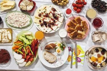 4. Doga Gunce Gursoy, 8 ans, Istanbul.Le petit déjeuner de Doga est copieux le samedi : pain tartiné de miel et de kaymak (crème fraîche épaisse), olives, oeufs sur le plat et sucuk (saucisse sèche épicée), oeufs durs, pekmez (mélasse) avec des graines de sésame, assortiment de viandes (mouton, chèvre, vache), confitures de coings et de mûres, pâtisseries, pain, tomates, concombres, radis et autres légumes crus, purée à base de poivrons  rouges appelée kahvaltilik biber salcasi. Et puis le fameux halvah, gâteau très riche à la noisette, sans oublier le lait et le jus d'orange. photos HANNAH WHITAKER