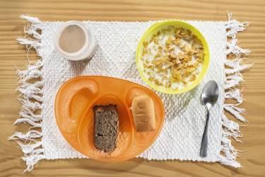 2. Tiago Bueno Young, 3 ans, São Paulo.Tiago boit un chocolat au lait, tandis que sa mère, Fabiana, est déjà au travail. Lui et ses deux frères enfournent aussi des céréales, du gâteau à la banane et un bisnaguinha, petit pain typiquement brésilien servi avec du requeijão, une sorte de fromage blanc. photos HANNAH WHITAKER