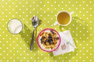 """1. Birta Gudrun Brynjarsdottir, 3 ans, Reykjavik.Brita démarre sa journée devant un hafragrautur, bouillie de flocon d'avoines mélangés à de l'eau ou du lait, agrémentée de sucre, de sirop d'érable, de fruits, etc. Elle doit aussi avaler une cuillerée de lysi : de l'huile de foie de morue, riche en vitamine D, que le soleil, qui l'hiver,  parfois, se lève à peine, ne fournit pas tous les jours en Islande. Etymologiquement, """"lysi"""" renvoie au verbe islandais """"illuminer"""" photos HANNAH WHITAKER"""