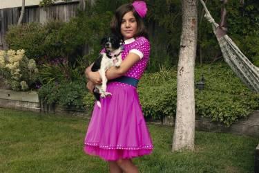 Nikki dans  le jardin familial avec son chien Luna. Dès qu'elle a su parler,  elle a revendiqué son identité  féminine. Photo: Gillian Laub