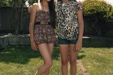 Nikki (à droite)avec son amie Jimena. Elle prend  un traitement hormonal afin  de retarder les premiers signes de puberté. Photo: Gillian Laub