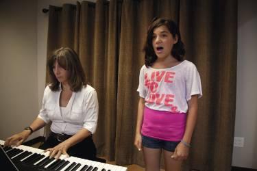 Avec Claudia, sa professeure de chant. La voix de Nikki ne devrait pas muer avant quelques années, grâce au traitement retardateur  de puberté qu'elle prend. A 18 ans, elle pourra choisir entre redevenir un garçon ou féminiser son corps en prenant une autre thérapeutique. Photo: Gillian Laub