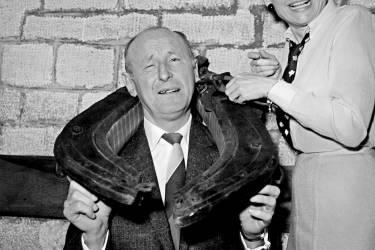 """Les acteurs français Bourvil (C) et Annie Cordy plaisantent le 01 mars 1966 à Paris après avoir reçu le """"Prix du Rideau Rouge"""" dans un théâtre parisien."""