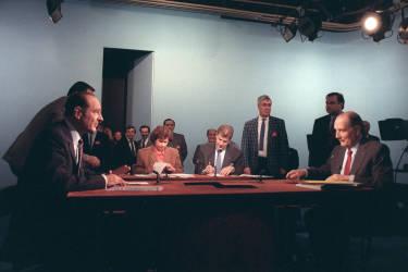 Le 8 mai 1988, Jacques Chirac subit une défaite assez importante au second tour de la présidentielle. Il obtient 45,98 % des voix face à François Mitterrand.
