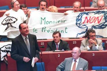 Son premier acte présidentiel, décidé le 13 juin 1995, sera la reprise des tirs nucléaires à Mururoa, en Polynésie française.