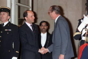 Vainqueur des législatives, il inaugure la première cohabitation en devenant, le 20 mars 1986, le premier ministre du président socialiste, François Mitterrand. L'ancien premier ministre Laurent Fabius (à gauche sur la photo) lui serre la main.