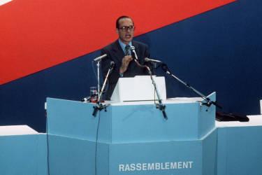 Le Rassemblement pour la République (RPR) est fondé, porte de Versailles à Paris, le 5 décembre 1976, devant 50 000 militants. Jacques Chirac en prend la présidence après avoir promis de combattre «la coalition socialo-communiste». Il veut y allier les valeurs essentielles du gaullisme à un «travaillisme à la française».
